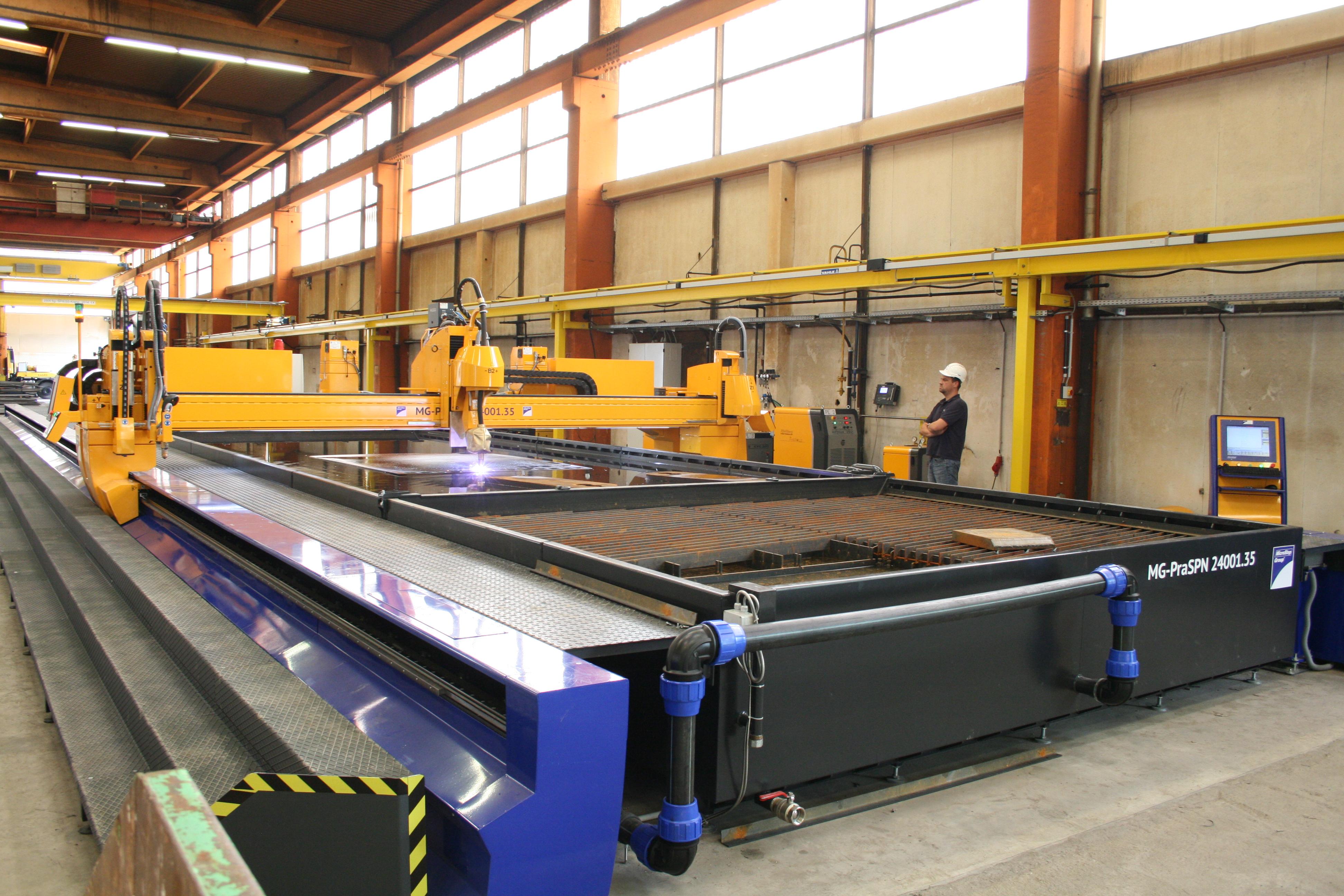 Ve�koform�tov� stroj s prac. plochou 24 x 3,5 m s plazmov�m rot�torom, mikro�derov�m popisova�om a ABP skenerom na dodato�n� �kosovanie � �peci�lne rie�enie s vodn�m stolom.